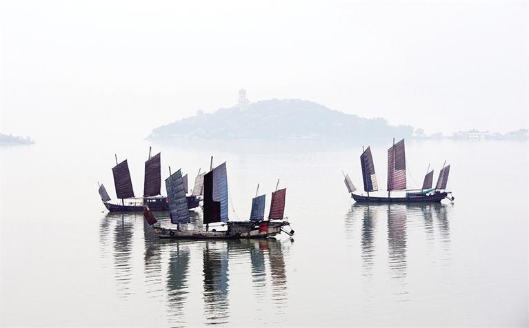 4月16日清晨,江蘇無錫太湖出現晨霧,幾艘船停留在水面,水天一色,如