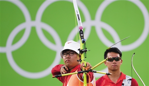 当日,在里约奥运会男子射箭团体三,四名决赛中,中国队以总比分2比6不